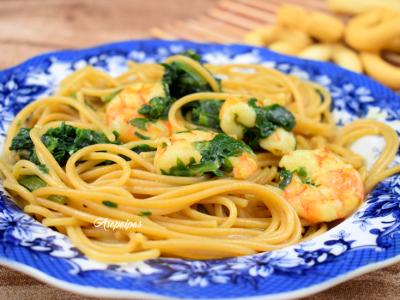 Espaguetis integrales con acelgas, langostinos y leche de coco