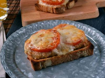 Sandwich o tosta de atun, tomate y queso