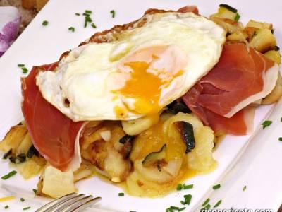 Patatas con calabacín y huevos rotos